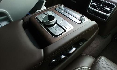 ▲ 2열 암레스트에 장착된 다양한 기능 버튼은 뒷좌석에서도 차량을 제어할 수 있다는 만족감과 편의성을 제공한다.