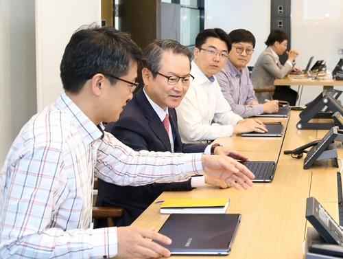 ▲ 성대규 신한생명 사장이 이노베이션 센터에서 직원들과 토론을 하고 있다.