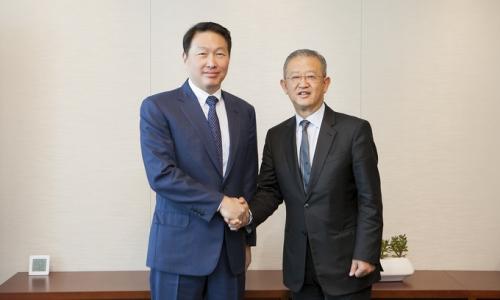 ▲ 최태원 SK그룹 회장(왼쪽)과 응 켕 후이(Ng Keng Hooi) AIA 회장