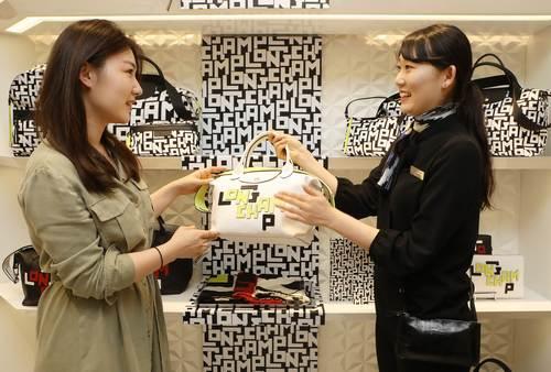 (참고사진) 고객이 롱샴 매장에서 LGP 컬렉션을 소개받는 모습 (가로).JPG