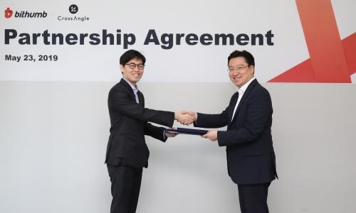 ▲ 최재원 빗썸 대표(오른쪽)와 김준우 크로스앵글 대표
