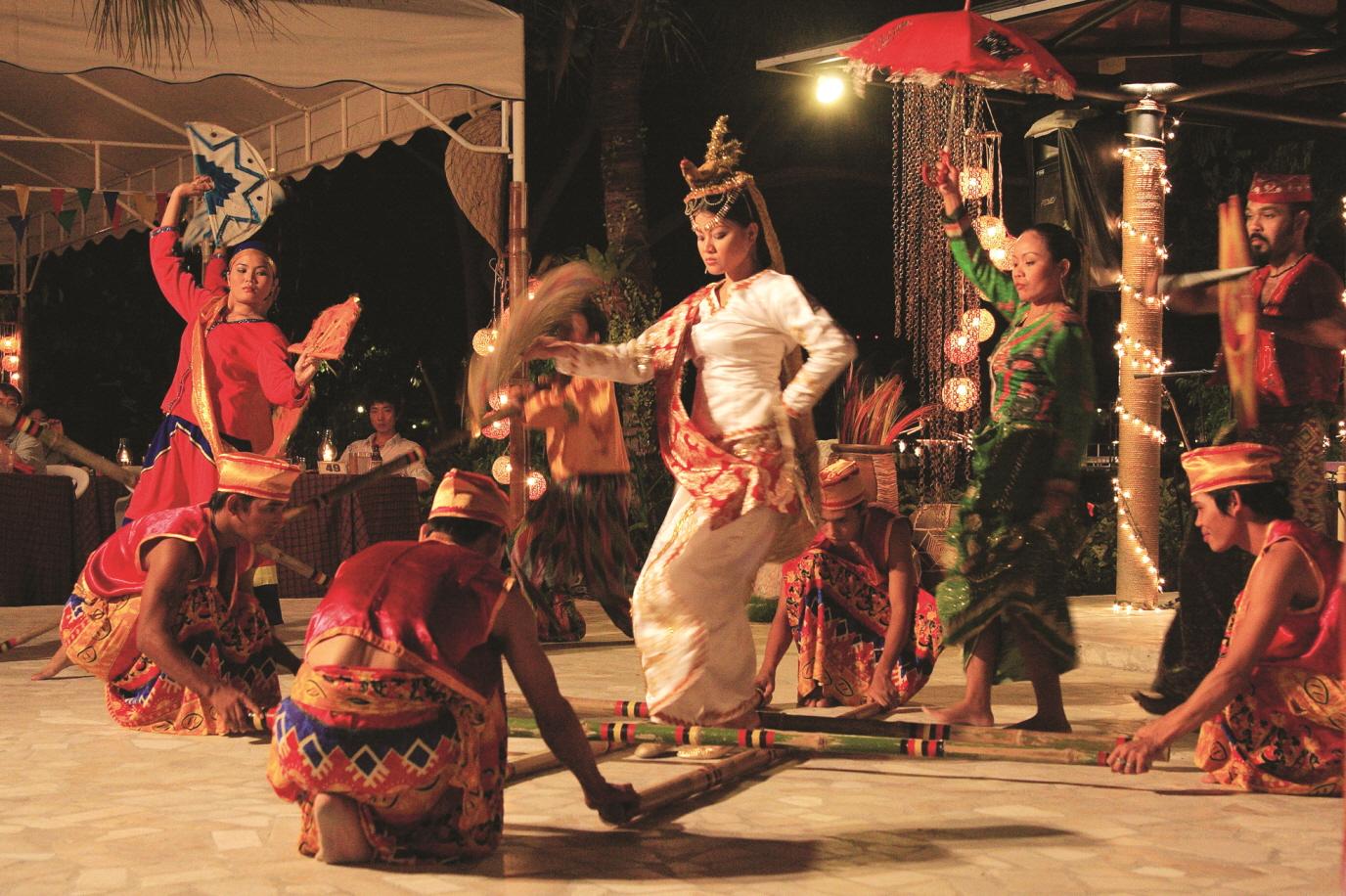 ▲ 필리핀의 유명한 대나무 춤인 '티니클링' 무용수 4명이 필리핀 전통 음악에 맞춰 맞부딪히는 대나무 사이를 절묘하게 누비며 춤을 추고있다.