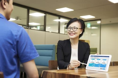 [보도사진] 삼성화재 RC가 사업자 컨설팅 서비스를 이용해 고객 상담을 진행하고 있다 (1).jpg
