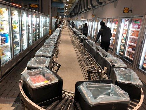 ▲ 네오2 센터 냉장냉동 제품을 관리하는 3층에서 고객들이 주문한 물건을 직원들이 담고 있다.