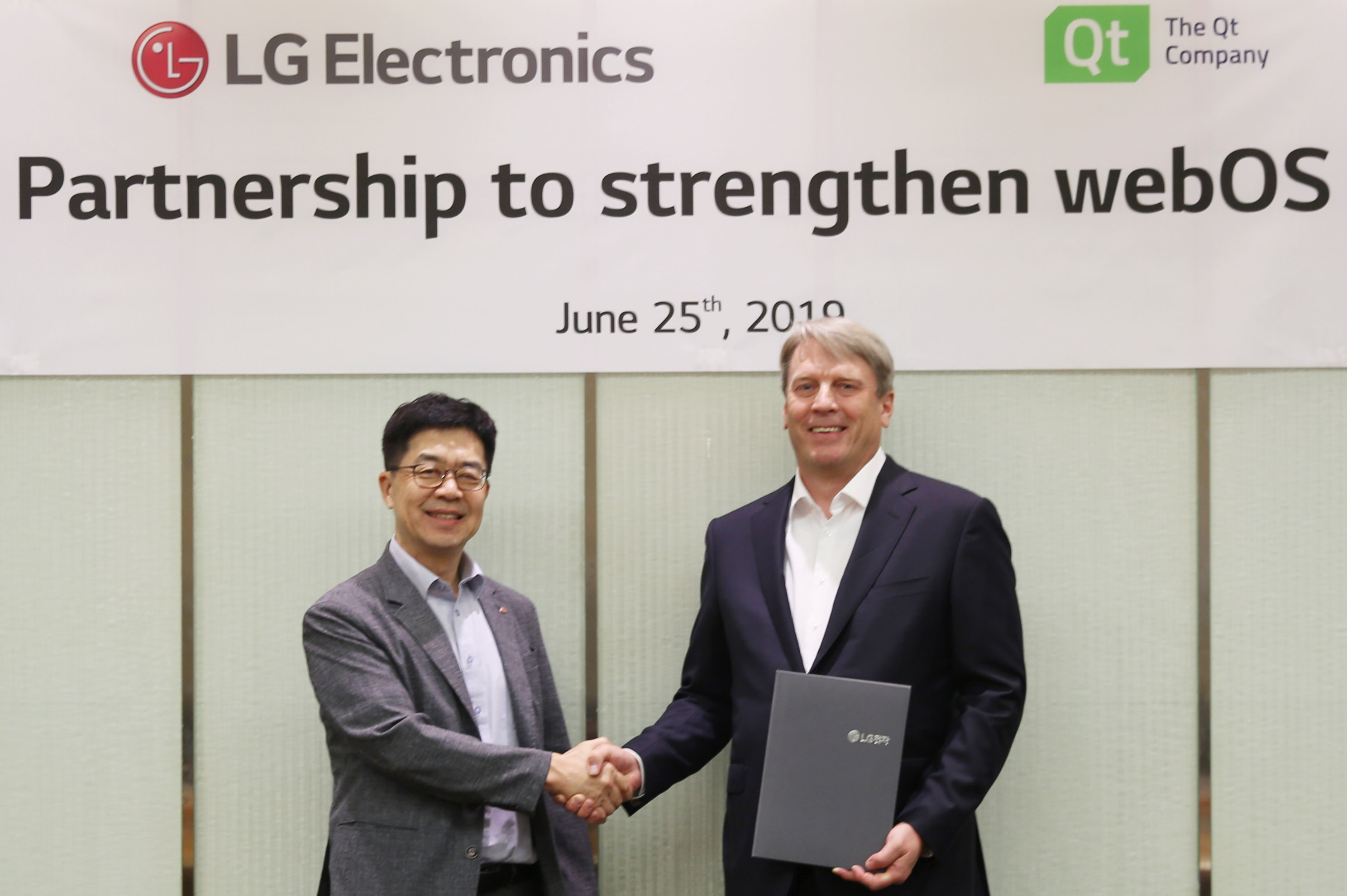 ▲ LG전자 CTO 박일평 사장(왼쪽), Qt社 CEO 유하 바렐리우스가 MOU를 체결한 뒤 악수하고 있다.
