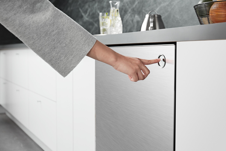 ▲ 손잡이를 없애고 '터치 온' 버튼을 만들어 손가락으로 터치만 해도 손쉽게 문이 열린다.