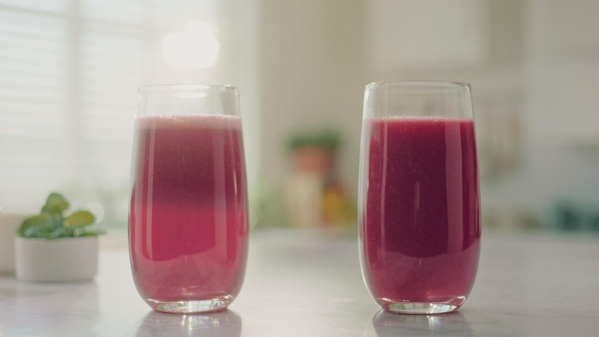 ▲ (좌)일반 블렌더로 만든 주스와 (우)필립스 진공 초고속 믹서기로 만든 주스 비교