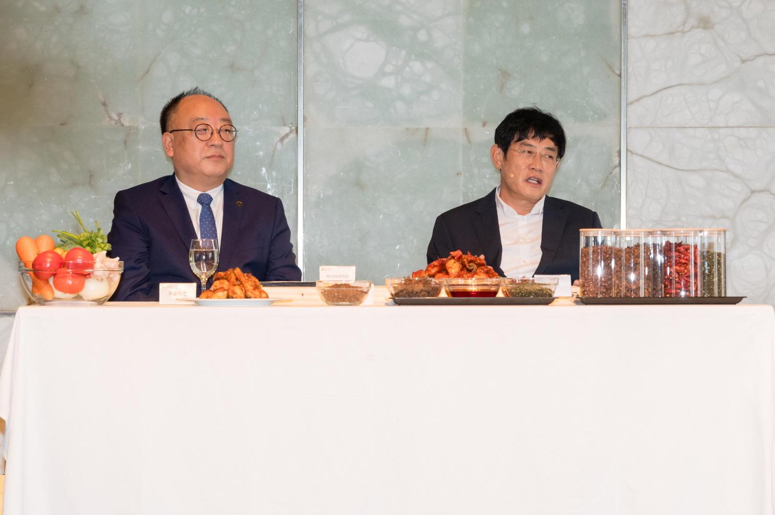 ▲ 김성수 부사장(왼쪽)과 방송인 이경규