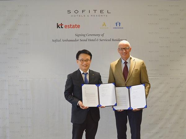 ▲ (왼쪽부터) 이대산 kt에스테이트 사장, 패트릭 바셋 아코르 동남∙동북아시아 최고운영책임자
