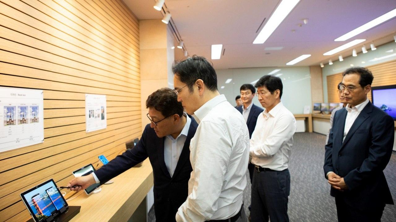 ▲ 이재용 삼성전자 부회장(사진 가운데)이 26일 충남 아산에 위치한 삼성디스플레이 사업장에서 제품을 살펴보고 있다