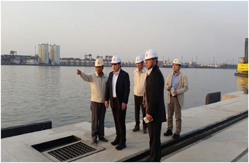 ▲ 2014년 12월 파키스탄 카라치항을 방문한 김석준 쌍용건설 회장(왼쪽에서 두번째)