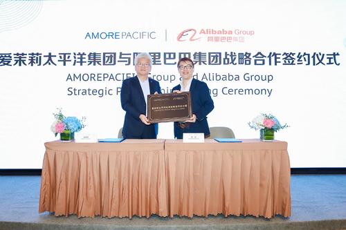 [아모레퍼시픽] 중국법인장 찰스 카오(왼쪽)와 알리바바그룹 FMCG 사업부문 대표 마이크 후(오른쪽) 업무협약(MOU) 체결.jpg