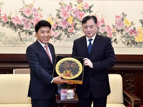 ▲ 함영주 하나금융그룹 부회장(왼쪽)