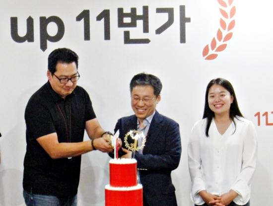 ▲ 11번가 이상호 사장(가운데)이 임직원 대표들과 함께 1주년 기념 케이크를 자르고 있다