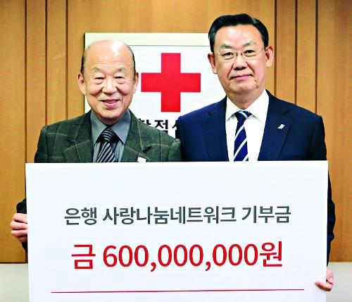 ▲ 김태영 은행연합회장(오른쪽)
