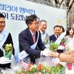 이대훈 NH농협은행장, 광화문 일대에서 꽃씨·미니화분 등 나눠