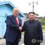 판문점서 악수한 트럼프와 김정은…'역사적 만남' 성사