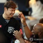 KT 윤석민, 통산 100호 홈런…두산 후랭코프에 솔로포